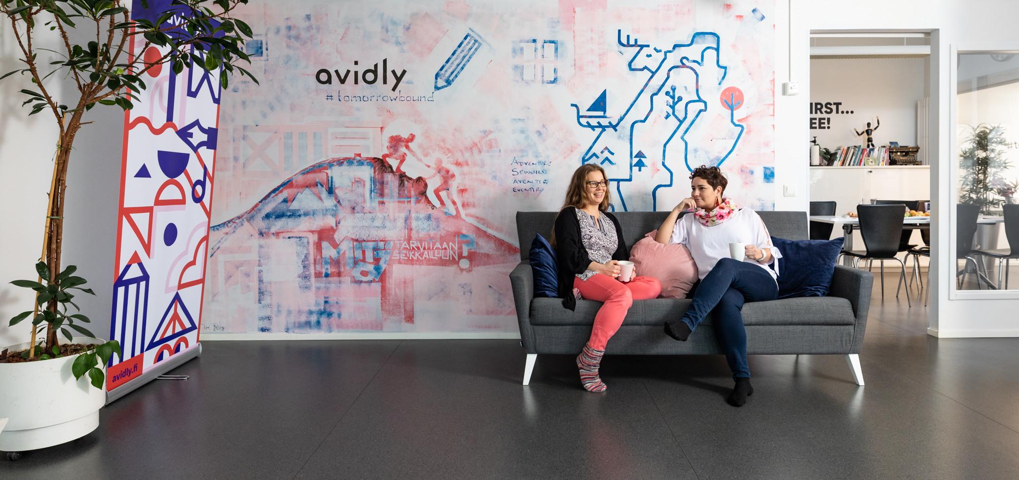 Seinämaalaus toimistoon aulassa, Avidly