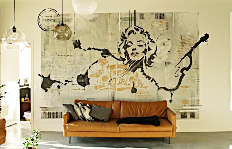 Seinämaalaus omakotitalon olohuoneessa